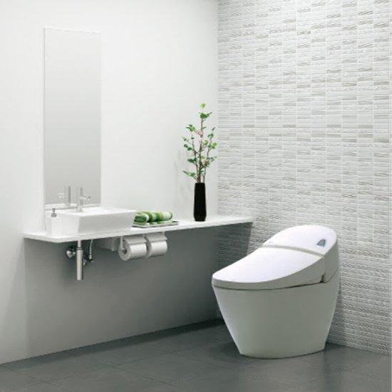 Nhà tắm hiện đại với bồn cầu thông minh