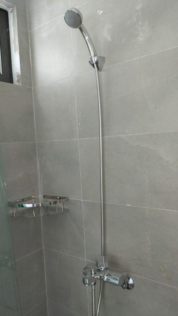 Thiết bị phòng tắm sen tắm.