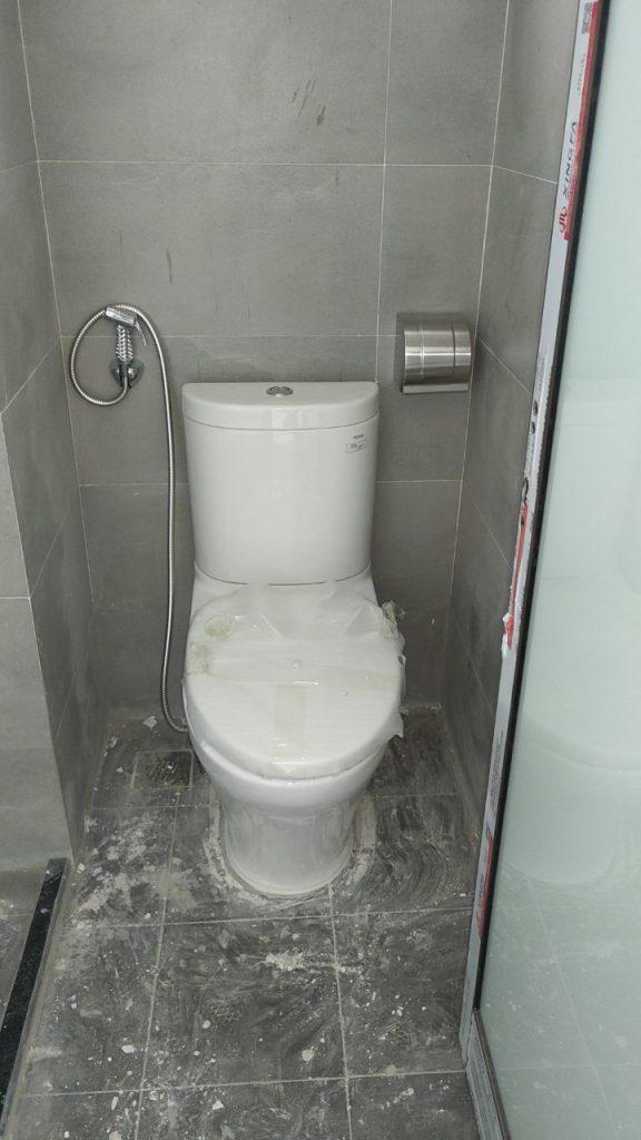 Thiết bị phòng vệ sinh đang được thi công.